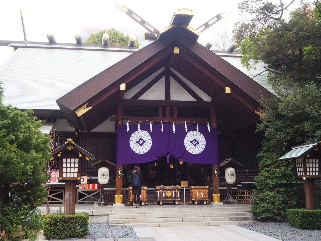 そのため東京大神宮で祀られているのは、伊勢神宮(内宮と外宮)の御祭神である天照皇大神と、衣食住や産業の守り神と仰がれる豊受大神(とようけのおおかみ)、さらに
